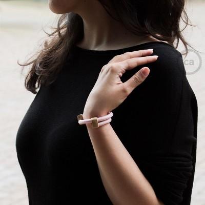 Kreativní - náramek z růžové textilie RM16 s dřevěným regulovatelným upevněním.