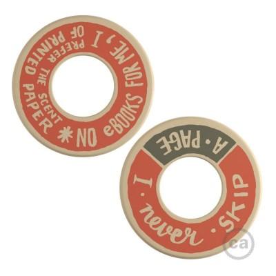 MINI-UFO: oboustranný dřevěný disk z kolekce READING BALLSH*T, s motivem PAGE + SCENT OF PAPER
